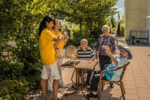 Seniorenstift Tiroler Hof - Auf der Terrasse in geselliger Runde